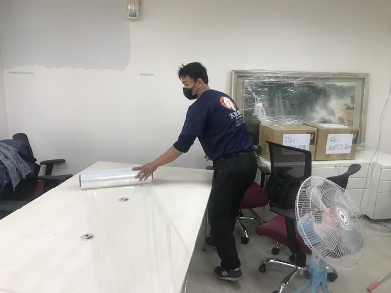台北市搬家案例.台北市大安區辦公室桌椅、藝術掛畫等包裝與搬運3