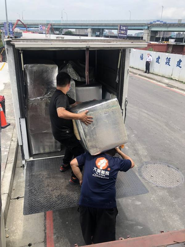新北市搬家案例.拆兩個貨櫃與搬運-協助客戶進行外國進口特殊家具組裝4