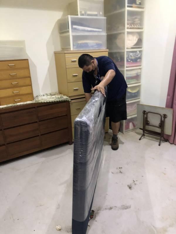 新北市搬家案例.新莊區-住家皮質床頭片包裝防護運送2