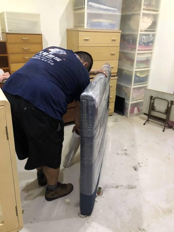 新北市搬家案例.新莊區-住家皮質床頭片包裝防護運送3